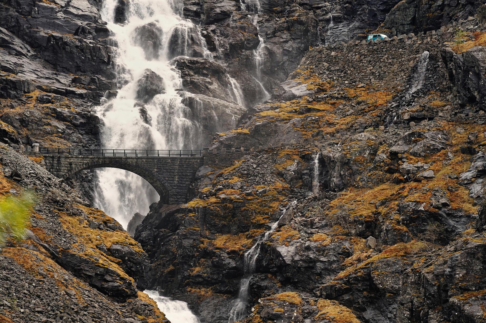 Водопад и мост. Дорога Троллей