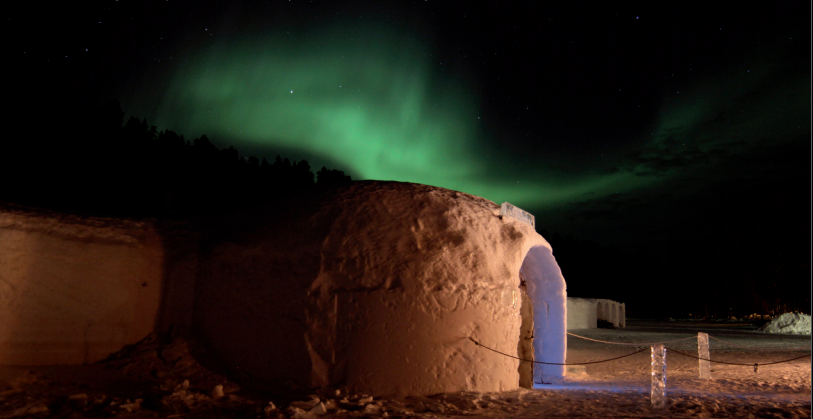 Задремать на кровати из снега и льда в отеле Sorrisniva Igloo в Северной Норвегии.