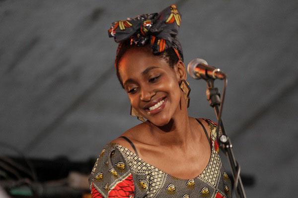 Красивая темнокожая певица.