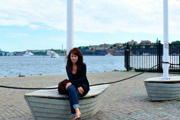 Девушка сидит на лодке.