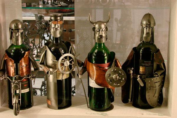 Бутылки в виде викингов.